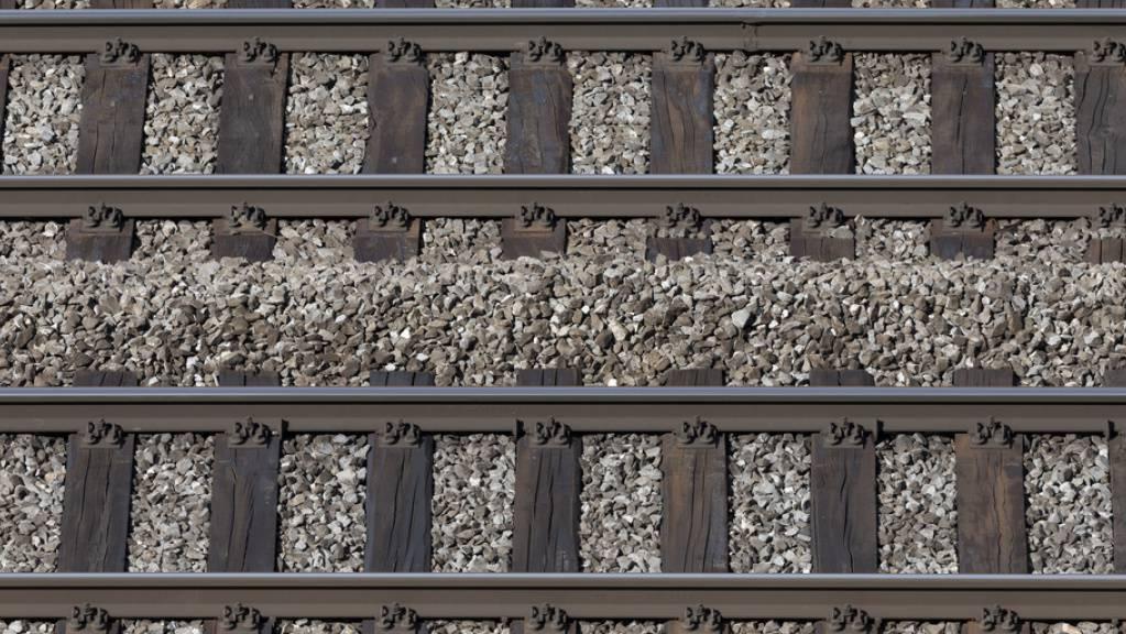 Nach einem Erdrutsch bleibt die SBB-Strecke Bern-Lausanne bis Montagmorgen unterbrochen. (Archivbild)