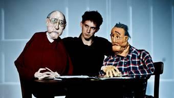 Rechts sitzt das Opfer, Friedrich Zawrel; links sein ehemaliger Peiniger Heinrich Gross. Ihnen gibt der Puppenspieler Nikolaus Habjan (Mitte) eine Stimme.