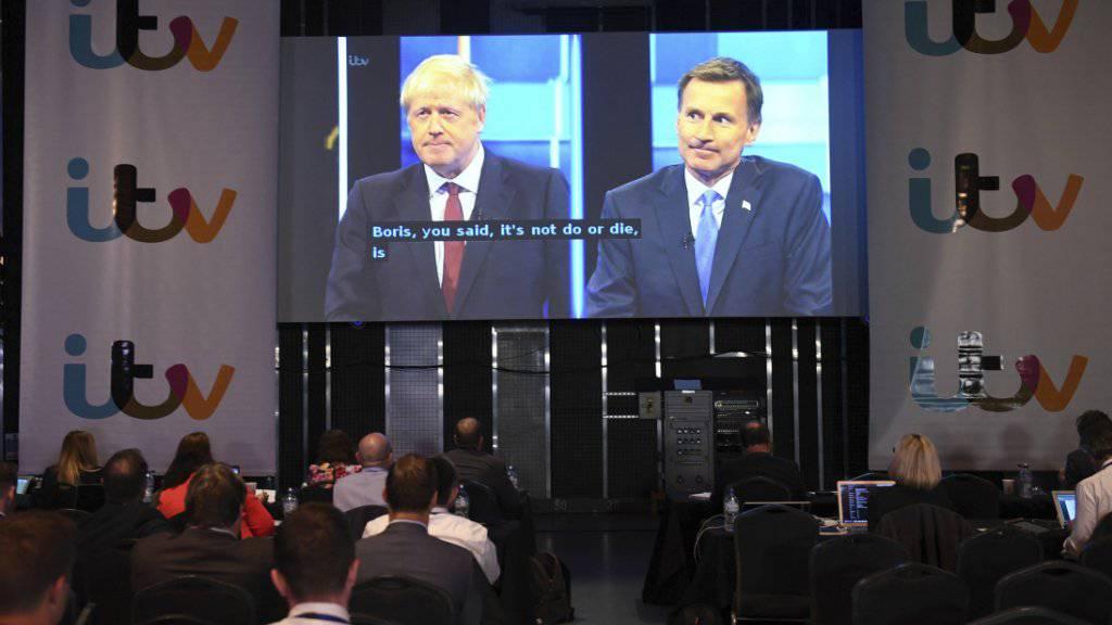Journalisten verfolgen die Debatte zwischen Boris Johnson (links auf dem Grossbildschirm) und Widersacher Jeremy Hunt.