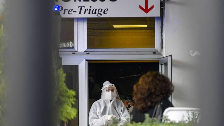Medizinisches Personal in Schutzkleidung steht in der Notaufnahme des Cardarelli-Krankenhauses. Foto: Alessandro Pone/LaPresse/AP/dpa