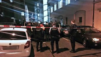 Im Islamischen Zentrum Zürich nähe Hauptbahnhof ist es ist am frühen Montag Abend zu einer Schiesserei gekommen. Mehrere Personen wurden verletzt, der Täter ist nach Angaben der Polizei zur Zeit noch auf der Flucht.