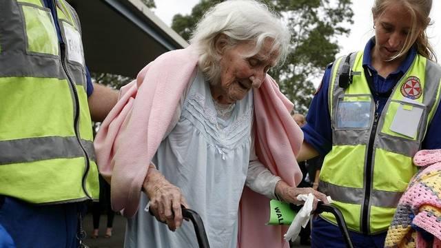 Eine Bewohnerin des abgebrannten Altersheimes wird betreut