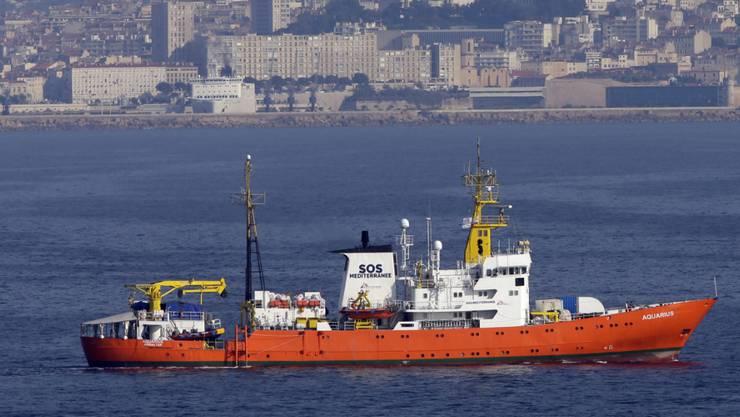 """Die """"Aquarius"""" vor Marseille. Der Bundesrat lehnt es ab, das Flüchtlingsrettungsschiff unter Schweizer Flagge fahren zu lassen."""