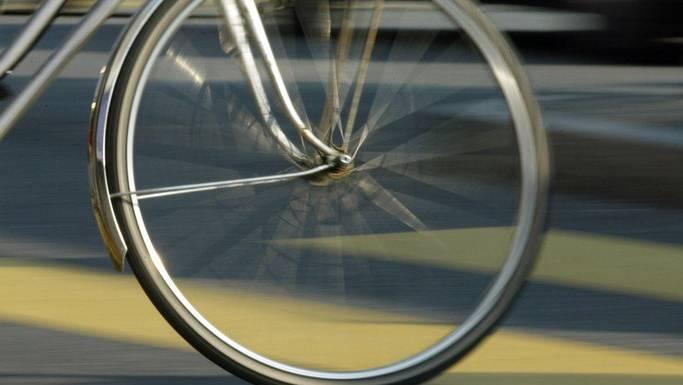 Radfahrerin verletzt sich bei einer Kollision mit einer Fussgängerin. (Symbolbild)