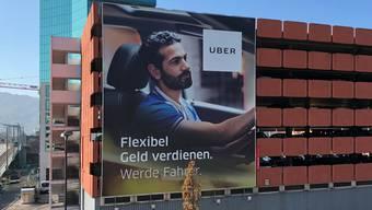 Riesenplakat beim Bahnhof Zürich Hardbrücke: Mit der Werbeoffensive will Uber professionelle Fahrer gewinnen.
