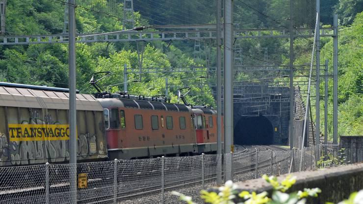 Der bestehende Bözbergtunnel (Bild) soll zum Sicherheitsstollen ausgebaut werden.Walter Schwager