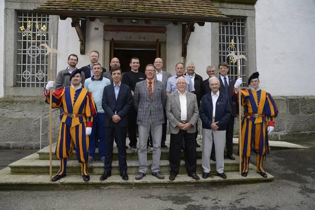 Flankiert von zwei Ex-Gardisten in historischen Uniformen (links Michael Jäggi aus Gerlafingen und rechts Beat Michel aus Oberdorf) versammeln sich die Ex-Gardisten zum Gruppenfoto. Neben Jäggi, auf der gleichen Stufe, stehen Roman Angermann und Pius Müller.