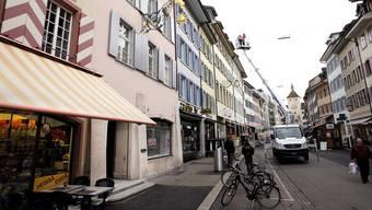 Ein Kommen und Gehen: Im Haus neben der Bäckerei zieht das «Zahnarztzentrum» ein, schräg gegenüber gibt Drogist Beat Eichenberger nach 37 Jahren die Schlüssel ab.