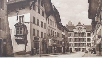 Der Blick in die Rathausgasse vor knapp 100 Jahren (Postkarte mit Stempel von 1921).