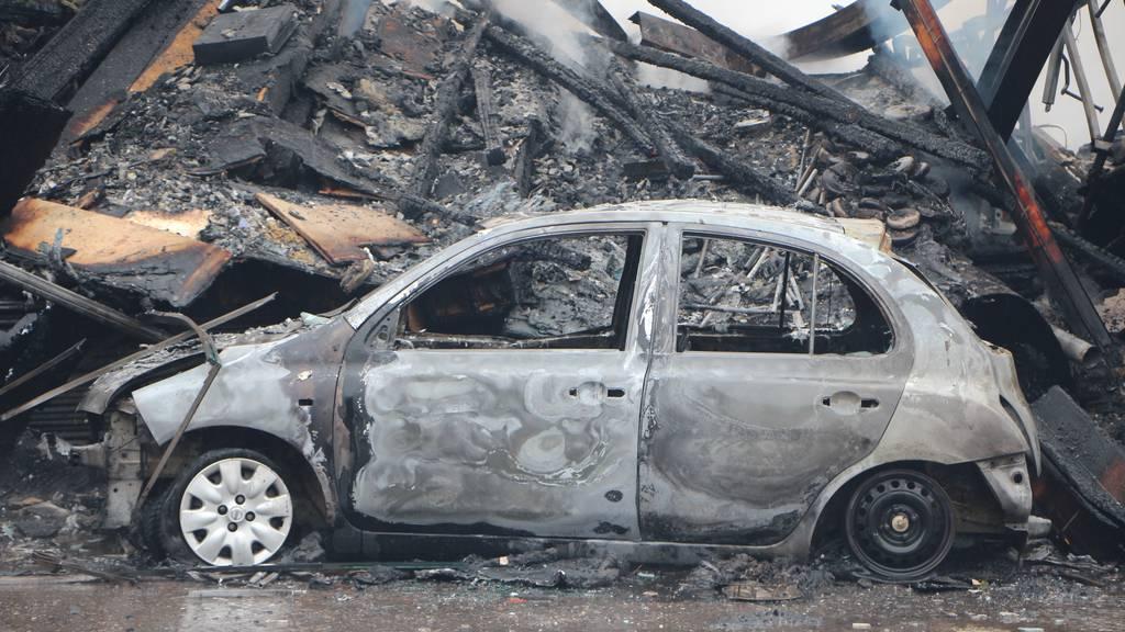 Familienbetrieb brennt nieder – 120 Feuerwehrleute im Einsatz