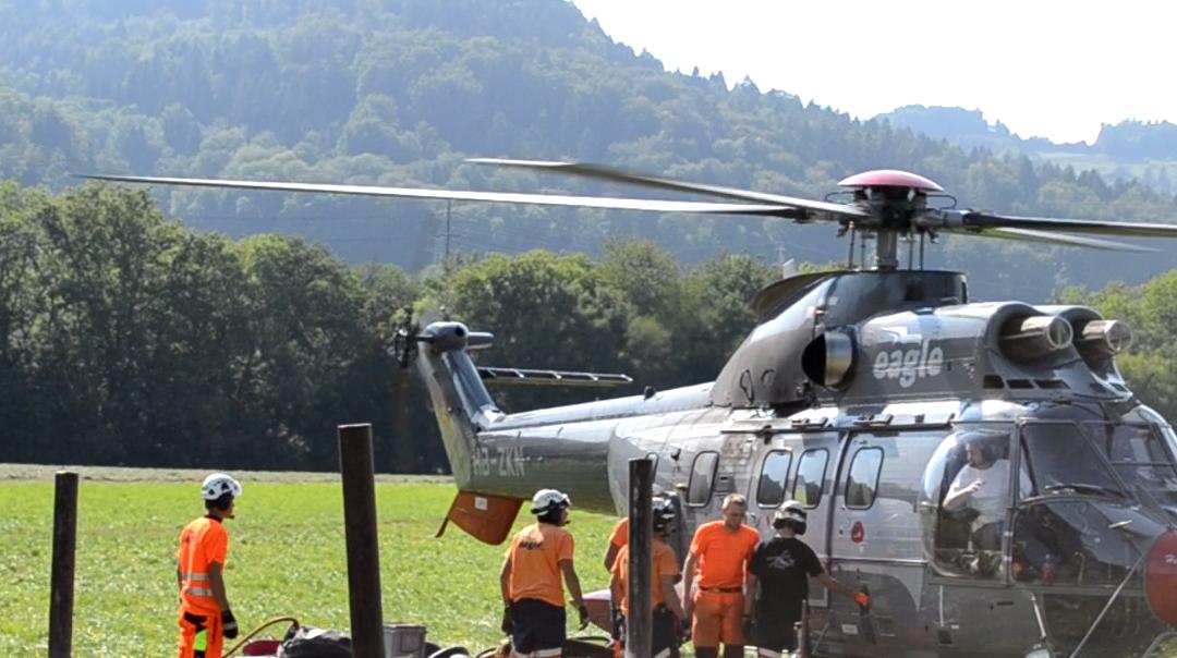 Der Helikopter vor dem Start.