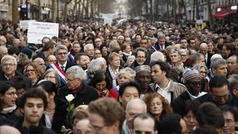 Teilnehmer am Gedenkmarsch am Mittwochabend in Paris.
