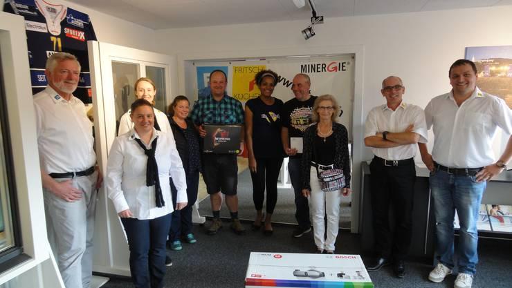 Von links: Johannes Wiemann (Inhaber); Nicole Schmid (Leiterin Küchenbau); Stefanie Stirnimann (Sekretariat / Personal); Familie Steffen (2. Preis); Familie Degen (3. Preis); Katharina Frey (1. Preis); Rolf Heller (Inhaber); Silvan Lisser (Projektleiter).