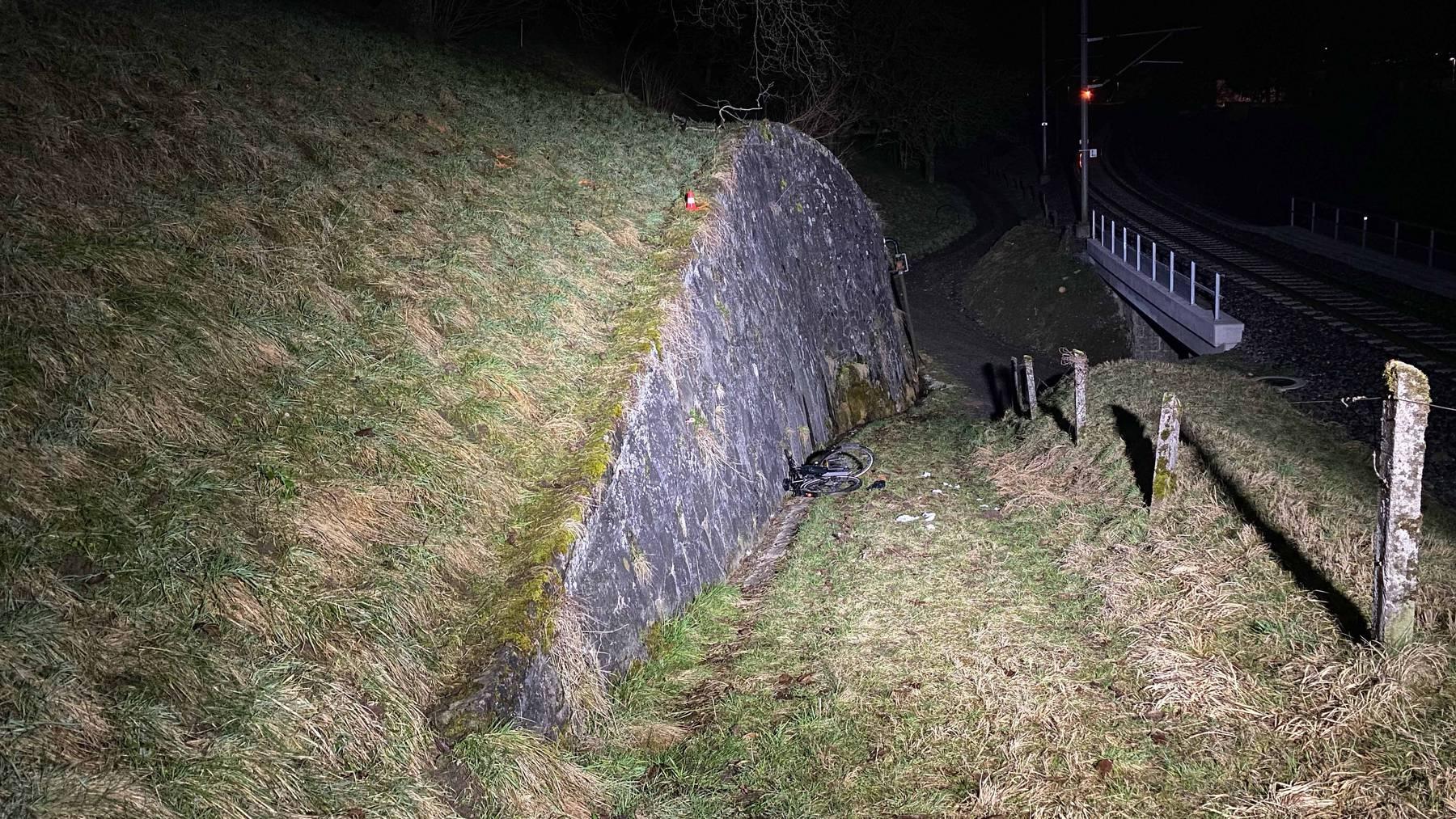MM037_Zweiradlenker stürzt über Mauer und verletzt sich erheblich