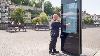 Stadtrat André Odermatt zeigte am Limmatqui, wie die neuen interaktiven Stadtpläne funktionieren.