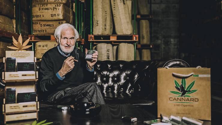 Verwaltungsratspräsident Heinrich Villiger mit der neuen Cannabis-Cigarillo.