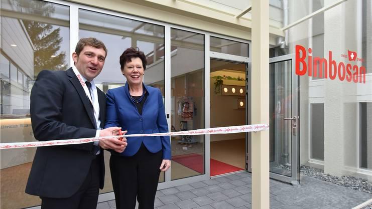Bimbosan-CEO Daniel Bärlocher mit Regierungsrätin Esther Gassler bei der Eröffnung des neuen Firmengebäudes.