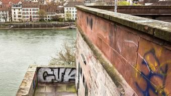Suizidversuche auf der Pfalz sollen abgebremst werden. Die Basler Regierung ergreift Massnahmen. (Archivbild)