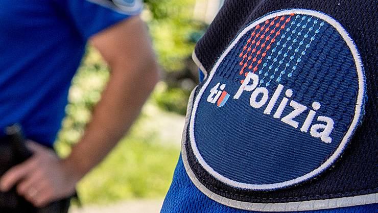 Wie die Tessiner Kantonspolizei mitteilt, starb am Mittwochabend ein 20-Jähriger beim Sturz durch ein Eternitdach. (Symbolbild)