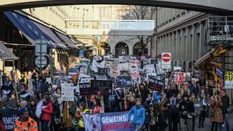 Am Samstag haben in Zürich über 500 Menschen an der Demo für eine pelzfreie Schweiz teilgenommen.