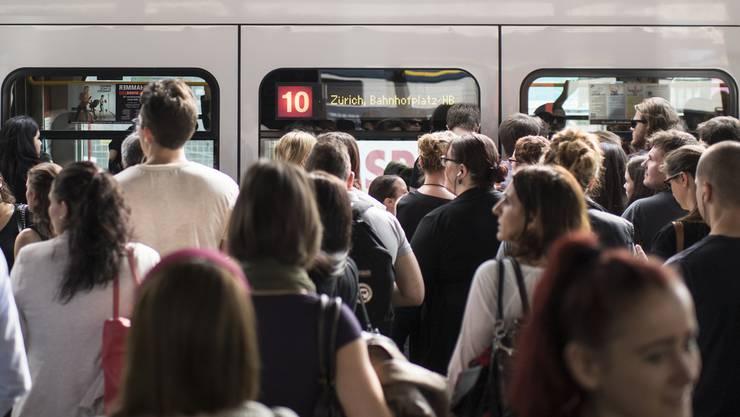 Das 10er Tram ist die einzige Verbindung zum Zürcher Flughafen.