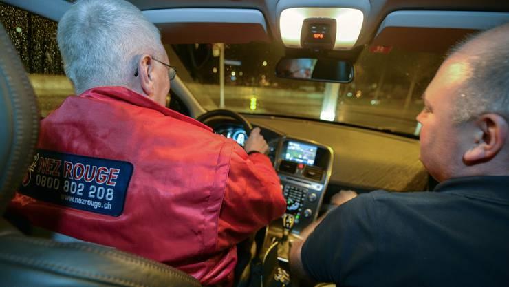 Ein Nez Rouge-Fahrer bringt jemanden sicher nach Hause. (Archiv)