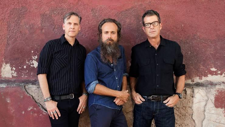 Musiker, die Grenzen überbrücken: Joey Burns (links) und John Cupertino von Calexico flankieren Sänger Iron & Wine.