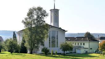 Die Stephanskirche in Fulenbach wurde 1956 eingeweiht; rechts der Kirche das Pfarrhaus.