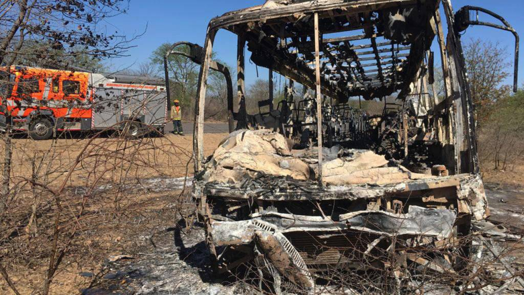 Vom Bus blieb nicht mehr viel übrig. Über vierzig Menschen kamen bei einer Explosion in Simbabwe ums Leben.