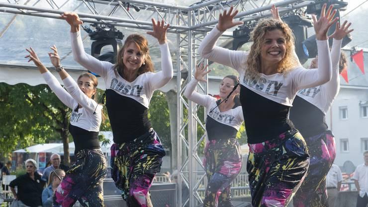 Mariella Farré (Mitte) ist glücklich, dass sie endlich geeignete Räume für ihre Tanzschule gefunden hat. Hier während der Eröffnungsfeier des Stadtfests Brugg.