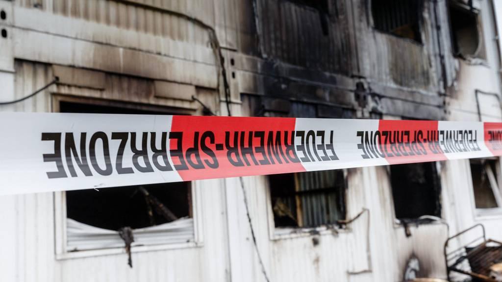 Ausgebrannte Wohncontainer einer Flüchtlingsunterkunft. (Archiv)