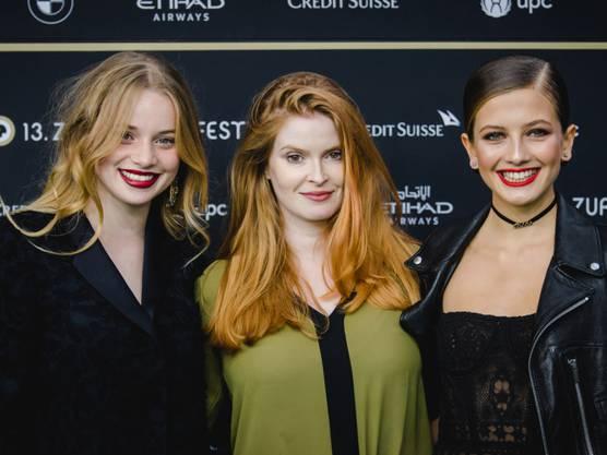 """Die Abräumerinnen des 13. Zurich Film Festivals: Regisseurin Lisa Brühlmann (Mitte) mit den Hauptdarstellerinnen ihres dreifach ausgezeichneten Films """"Blue My Mind"""", Luna Wedler (l) und Zoë Pastelle Holthuizen (r)."""