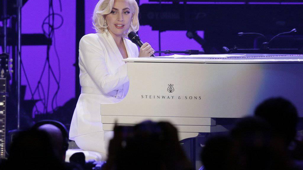 In der Neufassung des Kinofilms «A Star Is Born» spielt Lady Gaga ihre erste Hauptrolle. Fans müssen sich nun allerdings noch länger gedulden: Der Kinostart wurde um fünf Monate verschoben. (Archivbild)