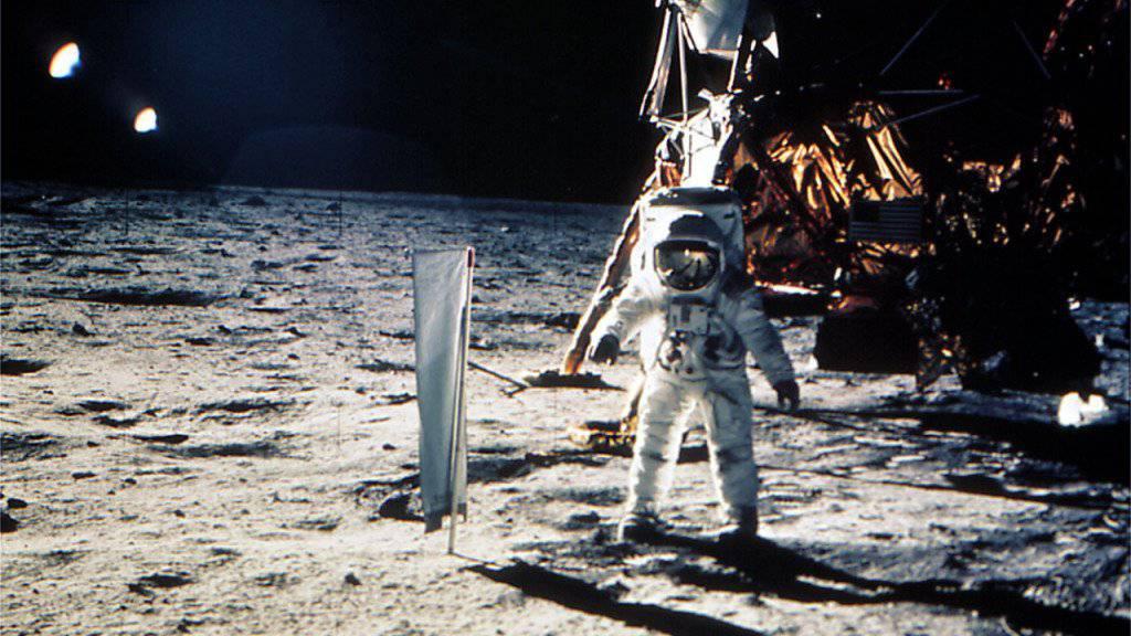 Keine Schweizer Fahne mit weissem Kreuz auf rotem Grund, aber ein Schweizer Sonnensegel: Der Apollo-11-Astronaut Edwin ‹Buzz› Aldrin steht am 20. Juli 1969 auf dem Mond neben einem Experimentenaufbau zur Erforschung des Sonnenwinds der Universität Bern. (Archiv)