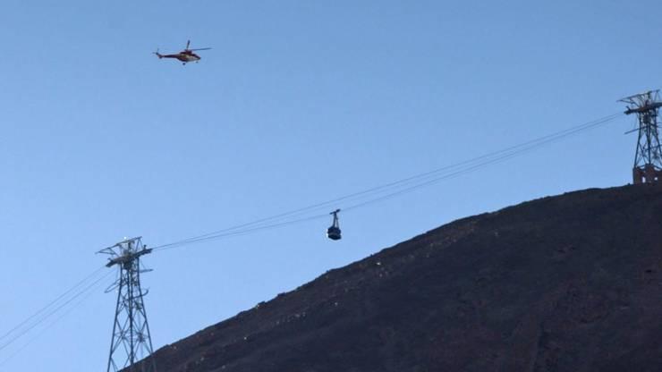 Ein Helikopter eilt zur Rettung der Passagiere in der steckengebliebenen Gondel.