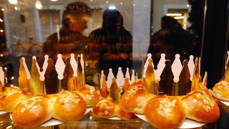 Irgendwo in den Dreikönigskuchen steckt es: Das weisse Plastikfigürchen, welches einem zum König oder zur Königin krönt.