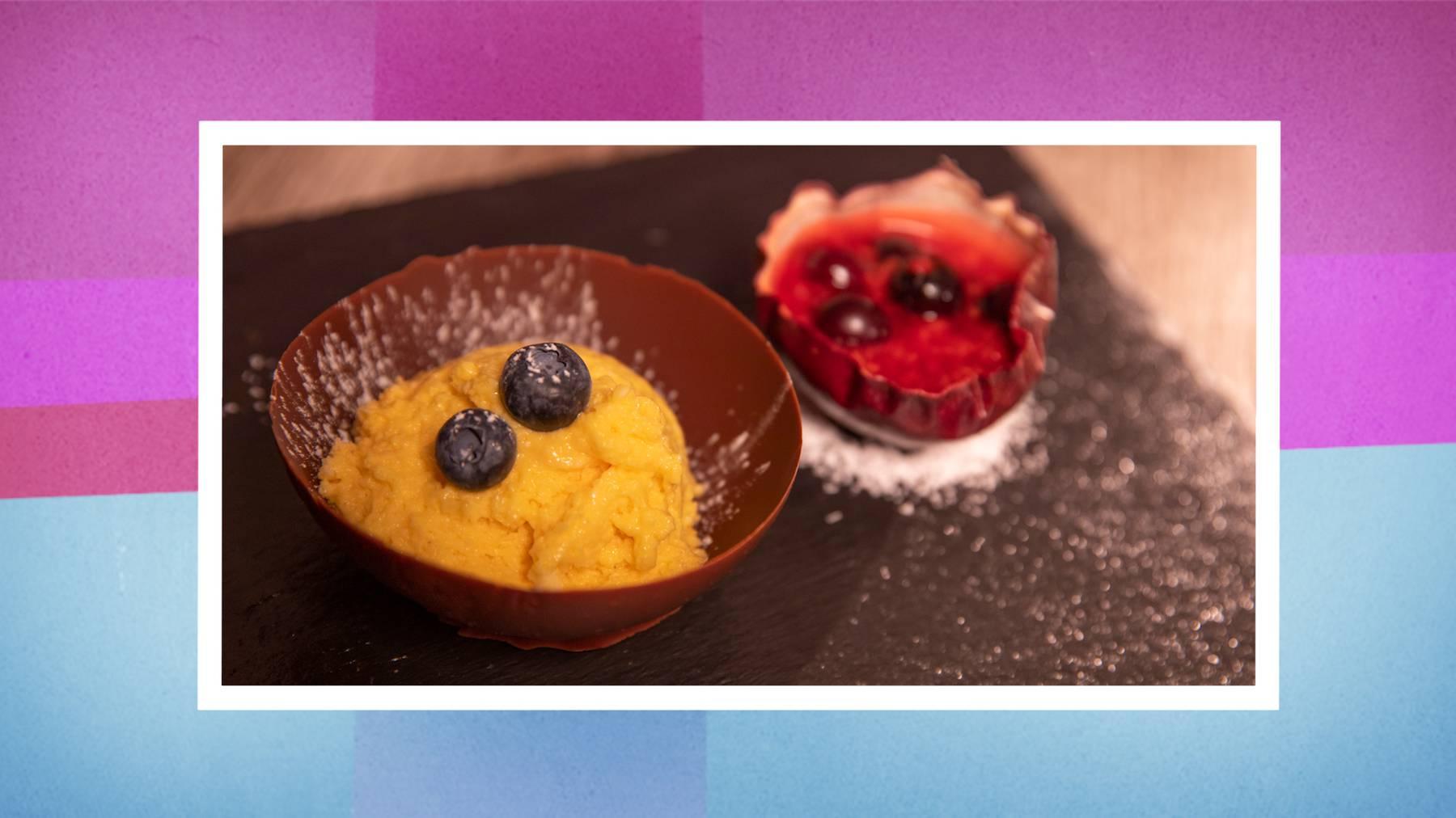 Das Dessert: Passionsfrucht-Mousse unter Schokoladendom mit warmer Beerensauce.