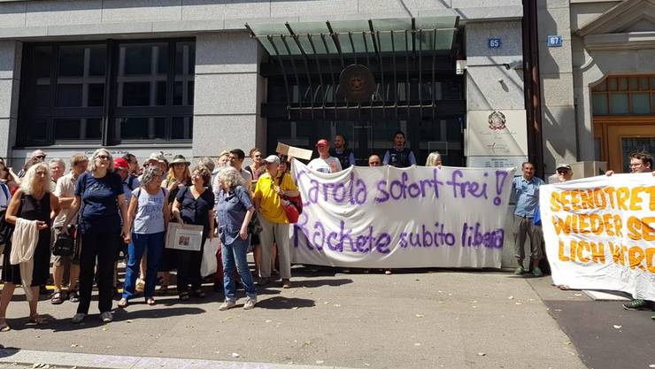 Demonstranten fordern vor dem italienischen Konsulat in Zürich die Freilassung von Rackete.