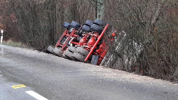 Der Lastwagen ist von der Strasse in das Bord gekippt.