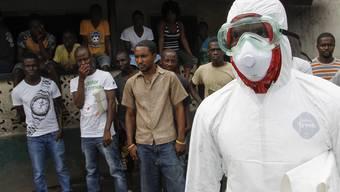 Ein Helfer in Liberia im Einsatz im Kampf gegen Ebola