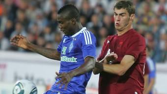 Dynamos Ideye (l.) im Duell mit Scharknow