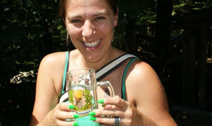 Beim Olsberger Waldhaus zeigt die junge Dame gerne ihre attraktiven Fingernägel