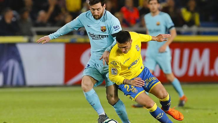 Barcelonas Lionel Messi (links) gegen Las Palmas Ximo Navarro