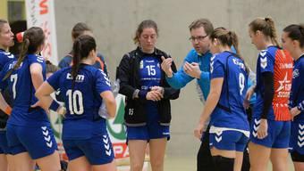 Trainer Alex Ernst nimmt die Spielerinnen ins Gebet.