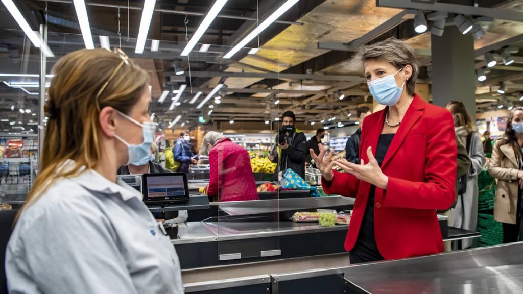 Sommaruga trifft Verkäuferinnen und Verkäufer in Lausanne