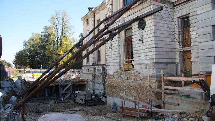 Diese grossen Stahlstützen sollen die Nordfassade vor einem weiteren Absinken bewahren. Wolfgang Wagmann