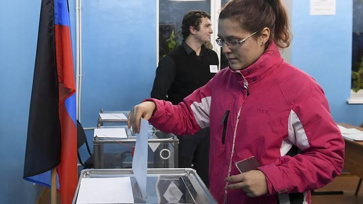 Von der internationalen Kritik an dem Urnengang liessen sich offenbar nur wenige Einwohner von  Luhansk und Donezk abschrecken. Die Wahlbeteiligung lag jeweils deutlich über 70 Prozent.