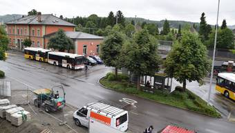Bahnhofgebäude Wohlen mit Bushof (rechts) – hier soll der neue Bushof und Bahnhofsplatz entstehen.