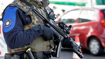Gehört das bald zum Basler Stadtbild? So zeigte sich die Grenzwache gestern Freitag im Genfer Grenzort Bardonnex – wegen Terrorgefahr.