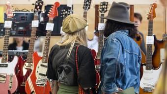 Tausende Instrumente werden zum Verkauf stehen, die Lieblingsgitarre kann auf Herz und Nieren geprüft werden.